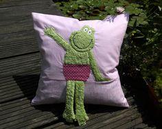 https://flic.kr/p/f62rGR | Froschkissen für Lena | damit Lena zu Ihrem Froschkönigquilt ein passendes Kissen hat, habe ich diesen netten Frosch nach einer Jobolino-Vorlage für sie genäht. Es ist ca.40x40cm groß