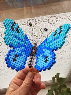 Man kan lave de fineste sommerfugle i Hamaperler, i alle regnbuens farver ♥ Man bukker sommerfuglens vinger lige efter man...