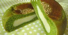 ほろ苦抹茶のパン生地に甘いミルク餡を詰めました♪ ペタンコで可愛い平焼きあんぱんです♡