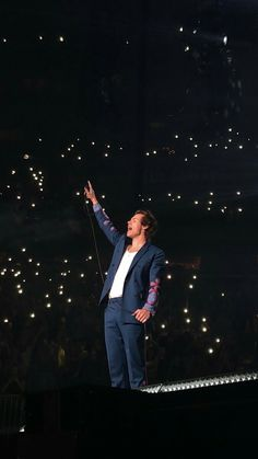 Harry Styles in New York, night 2 Harry Styles One Direction, Harry Styles Live, One Direction Photos, Harry Styles Pictures, Harry Edward Styles, Harry Styles Edits, We Will Rock You, Mr Style, Treat People With Kindness