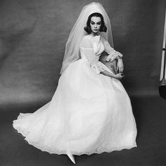 English supermodel Jean Shrimpton wearing a white lace wedding dress, January A photoshoot for 'Tatler' in London. (Photo by Terence Donovan Archive/Getty Images) Swinging London, Vintage Wedding Photos, Vintage Bridal, Vintage Weddings, Vintage Glamour, Wedding Photography Styles, Fashion Photography, White Photography, Bridal Dresses