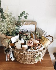 Need a glam gift basket for your bestie? Cadeau Baby Shower, Deco Baby Shower, Baby Shower Gift Basket, Baby Hamper, Baby Gift Box, Baby Baskets, Easter Baskets, Baby Shower Gifts, New Mom Gift Basket