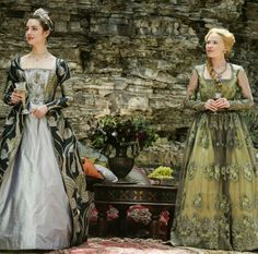 Adelaide Kane and Celina Sinden in Reign Tudor Fashion, Reign Fashion, Fashion Tv, Elizabethan Fashion, Fashion Design, Reign Mary, Mary Queen Of Scots, Queen Mary, Reign Catherine