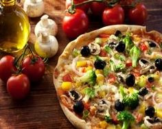 Pizza can be part of a healthy eating plan. In fact, pizza could be considered a complete meal that includes: whole grain, vegetables, dairy and protein. Pizza Legume, Veggie Pizza, Veggie Indian Recipes, Pizza Recipes, Healthy Dinner Recipes, Pizza Light, Pizza Vegetal, Pizza Vegetariana, Pizza Sans Gluten