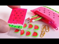 DIY Miniature School Supplies KAWAII for dolls ✿ Polymer clay tutorial. Kawaii, Diy Doll Miniatures, Barbie Dolls Diy, Mini Craft, Diy School Supplies, Diy Presents, Miniature Crafts, Diy Dollhouse, Miniture Things