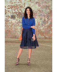 A jaqueta quebra o estilo lady like. a bolsa laranja dá um toque de cor na produção.