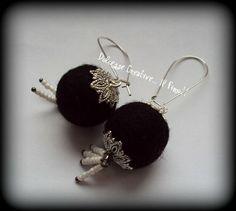★★SALDI  Orecchini pendenti - Eleganza in nero - perla di feltro .