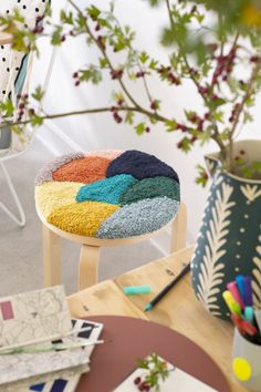 Customiser un tabouret au Punch Needle IKEA Hack: Puch Needle Hocker Kids Crafts, Diy And Crafts, Upcycled Crafts, Repurposed, Punch Needle Patterns, Ideias Diy, Rug Hooking, Weaving, Diy Projects
