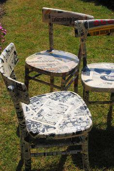 Sedie vintage rivestite con vecchie carte