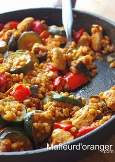 Poulet au blé et légumes 600 g de blanc de poulet 2 courgettes 2 . Wheat and vegetable chicken 600 g chicken breast 2 zucchini 2 red peppers 1 aubergine 250 g tomato sauce or crushed tomatoes 150 g Batch Cooking, Cooking Recipes, Health Dinner, Sauce Tomate, Chicken And Vegetables, Winter Food, Healthy Dinner Recipes, Carne, Main Dishes