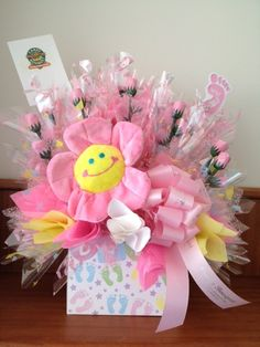 IT'S A GIRL! - Un dulce bouquet para felicitar a la nueva mamá de una niña.  It's a girl!  A sweet bouquet to congratulate the new mom of a baby girl. Candy Bar Bouquet, Liquor Bouquet, Bouquet Box, Candy Gift Baskets, Best Gift Baskets, Baby Balloon, Balloon Gift, Candy Arrangements, Baby Candy