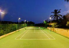 網球場的路上。toward the tennis court: 網球與建築 - Tennis court at home: Casa La Ceiba, Mexic...