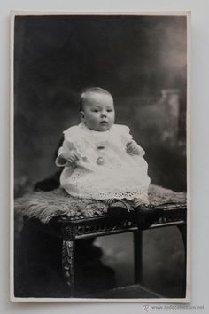 Foto de bebé en estudio. Photographie T.H. Tricnon. Engis, Bélgica -  El Desván de Bartleby C/.Niebla 37. Sevilla