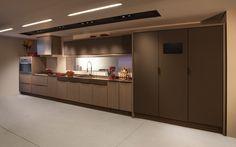 Piso acetinado e faixa preta no gesso de iluminação da cozinha