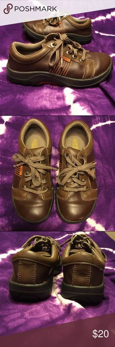 Boys brown Leather Keen Shoes Lace up shoes. Good condition, one scratch on the toe, and shoelaces are coming undone at the ends, will need to be switched out. Size 5. Keen Shoes