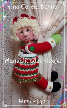 Muñecos cortineros Preciosos muñecos de nieve, ratones, jengibres, renitos y Noeles ideales para decorar las cortinas. Elaborados en ... Reno, Elf On The Shelf, Snowman, Christmas Ornaments, Holiday Decor, Crochet, Dolls Dolls, Fabric, Crafts