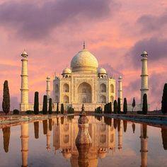 Тадж Махал | Агра | Индия. Ставь лайк❤ Комментируй Подпишись на нас☑ Мавзолей Тадж Махал, расположенный в Агре — одна из самых узнаваемых достопримечательностей не только в Индии, но и во всём мире. Сооружение было построено императором Шах-Джаханом в память о его третьей жене, Мумтаз-Махал, погибшей во время родов. Тадж Махал считается одним из самых красивых зданий в мире, а также символом вечной любви. Стены выложены из полированного полупрозрачного мрамора с инкрустаци...