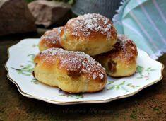 I maritozzi con uvetta sono dolcetti molto soffici, di forma allungata, una volta cotti si possono tagliare e riempire anche di panna montata.