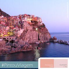 Localizado na costa da Riviera Ligure, na Itália, um acidentado trecho de terra, Cinque Terre, abriga as vilas de pescadores. O paraíso encanta milhares de turistas. As casas que povoam o morro são um charme a mais com os tons pastéis. #Colors #Italia