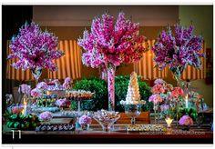 Mesa de doces com arranjo alto com bocas de leão e lisianthus rosa  e arranjos baixos lisianthus rosa - Rodrigo Vieira Festas
