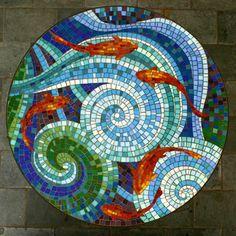 Tampo de mesa em mosaico de pastilhas de vidro. Solicite seu orçamento informando o tamanho desejado. Tamanho na foto: 90cm de diâmetro. Pode ser utilizado em ambientes internos ou externos.