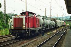 2000.07.07.  Die 212-322 mit Unkrautspritzzug in Siegen. Hinten schiebt die 212-306