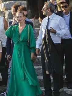 la modella mafia Kate Moss night out chic in green silk maxi dress and a bun