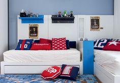 Ainda no projeto de Toninho Noronha, cartazes do filme Harry Potter mostram os interesses dos pequenos moradores deste quarto. Nas prateleiras, bonecos do game Mario Bros