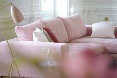 Almere Sofa in Rosa von ikarus. Vor allem in weiß bis grau gehaltenen Einrichtungen ist der Puderton eine sanfte Abmilderung der Farbwelt; hier mit Gräshoppa Stehleuchte von Gubi http://www.ikarus.de/marken/gubi.html