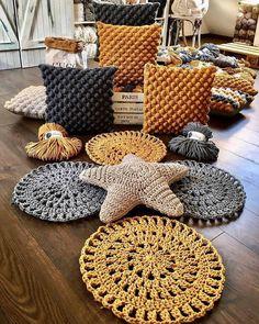 photograph individual_home_decor diger sayfalarim Crochet Motifs, Crochet Stitches, Knit Crochet, Crochet Patterns, Tapetes Diy, Crochet Home Decor, Crochet Cushions, Crochet Pillow, Handmade Home