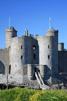 Harlech Castle, Wales | Flickr - Photo Sharing! Welsh Castles, Castles In Wales, Medieval World, Medieval Castle, Beautiful Castles, Beautiful Buildings, Historical Architecture, Ancient Architecture, Nature Images