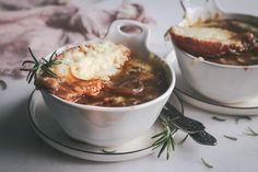 Κρεμμυδόσουπα με σφένδαμο και κασέρι Σοχού Chana Masala, Mashed Potatoes, Chili, Dips, Salads, Soup, Ethnic Recipes, Greek Recipes, Whipped Potatoes