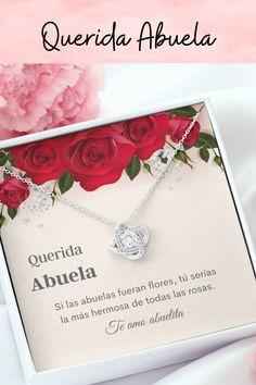 Una hermosa tarjeta con mensaje es el regalo perfecto para demostrarle a tu abuela que la amas y la aprecias este Día de la Madre. Una hermosa tarjeta y un collar, para que pueda mantener tu amor cerca de su corazón. #regaloparaabuela #collarparaabuela #Spanishgrandmagift #regalodiadelamadreabuela Knot Necklace, Knots, Roses, Hearts, Necklaces, Flowers, Buttons
