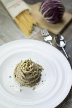 spaghetti con crema di radicchio e ricotta di capra, pinoli tostati e timo