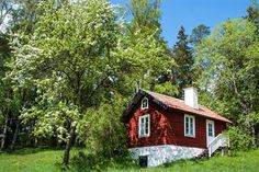 Gäststuga/guest house Sweden House, Cute Little Houses, Red Houses, Weekend House, American Houses, Cabins And Cottages, Barns, Countryside, Sweden
