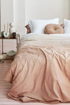 Je geniet van een comfortabele nachtrust onder dit vtwonen Dip Dye dekbedovertrek. Dit overtrek heeft een subtiel kleurverloop. Langs het witte kussensloop zit een witte lock stitch. Het dekbedovertrek is gemaakt van 100% katoen van hoge kwaliteit. #fonQ #fonQnl #slaapkamer #slaapweken #dekbedovertrek #vtwonen #slaapkamerideeen #slaapkamerinspiratie #wooninspiratie