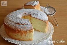 Angel cake INGREDIENTI PER UNO STAMPO CIAMBELLA AMERICANA (CHIFFON CAKE) DA 26 CM 480 g di albumi (circa 12 albumi) 300 g di zucchero semolato 160 g di farina 00 6 gr di cremor tartaro o lievito per dolci 1 pizzico di sale Bacca di vaniglia, o essenza di vaniglia o scorza di limone grattugiata Zucchero a velo per la superficie o glassa