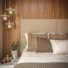 Quarto do casal, madeira e cabeceira estofada. O pendente trouxe leveza ao ambiente!! #decor #design ...