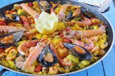 Empieza la época de ir a la playa y con ello las ganas de comer paella. #Receta de paella de marisco Spanish Dishes, Spanish Food, Fish Recipes, Mexican Food Recipes, Ethnic Recipes, Paella Recipe, Cooking Recipes, Healthy Recipes, Entrees