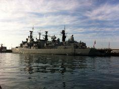 Un barco de guerra amarrado dentro de los puertos de Valparaíso.