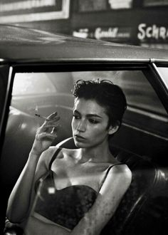 Photography Poses Women, Portrait Photography, Photographie Portrait Inspiration, Poses Photo, Smoking Ladies, Grunge Hair, Hair Journey, Face Claims, Hair Inspo