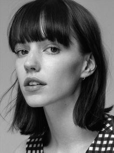 Portrait Photography Inspiration : Monochrome look in peach/rose. Girl Face, Woman Face, Portrait Inspiration, Hair Inspiration, Hair Reference, Hair Blog, Black And White Portraits, Grunge Hair, Female Portrait