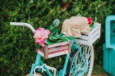 Vélo déco jardin pour magnifier l'espace extérieur. Sur la terrasse, le balcon ou en plein cœur du jardin, n'hésitez pas à l'orner de vos fleurs préférées.