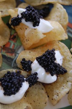 Potato Chips w Caviar & Champagne. Add truffle oil to crème fresh? Kettle Cooked Chips, Kettle Chips, Tapas, Appetizer Recipes, Appetizers, Caviar Recipes, Brunch, Fabulous Foods, Potato Chips