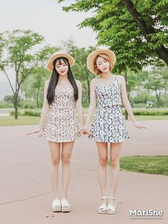 fashion trend in Korea: Twin Look Dressing similarly with best friends in style .Popular fashion trend in Korea: Twin Look Dressing similarly with best friends in style . Dope Outfits, Girl Outfits, Fashion Outfits, Travel Outfits, Korean Fashion Trends, Asian Fashion, Matching Outfits Best Friend, Live Fashion, Style Fashion