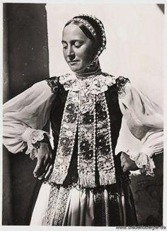 junge Bäuerin mit der weißen Perlen-Haube aus Treppen