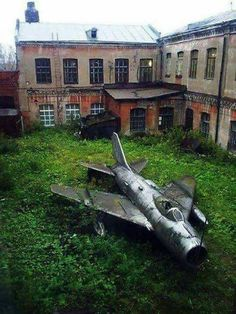 16 Abandoned Buildings Being Totally Taken Over By Nature Abandoned Buildings, Abandoned Mansions, Old Buildings, Abandoned Houses, Abandoned Places, 3d Foto, Haunted Places, Fighter Jets, Beautiful Places