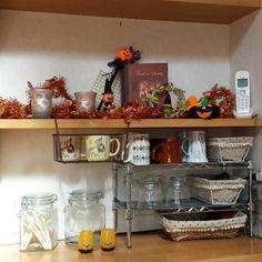 ちょっとした隙間収納にダイソーのジョイントラックが使えます!バラ売りされているので、複数あるサイズから自分好みのものをチョイス。¥100でも粗末な作りではなく丈夫なところも魅力ですよ♡アレンジ&活用術をご紹介します。 Crafty Craft, Organization, Storage, Kitchen, Room, Furniture, Organizers, Home Decor, Crafts