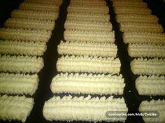 Jednostavan a mnogo ukusniji od kupovnih… Bakery Recipes, Kitchen Recipes, Cookie Recipes, Dessert Recipes, Bosnian Recipes, Croatian Recipes, Christmas Desserts, Christmas Baking, Kiflice Recipe