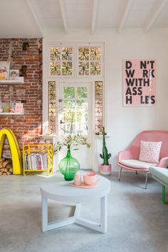 Zilverblauw interior - beautiful living room with pink, green and yellow accents Living Room Decor, Living Spaces, Bedroom Decor, Style At Home, Home Fashion, House Colors, Home Interior Design, Home And Living, Interior Inspiration